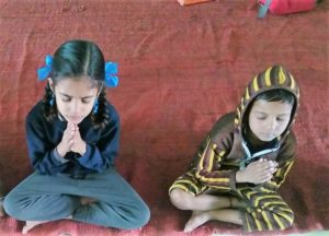 Modi Mills children praying